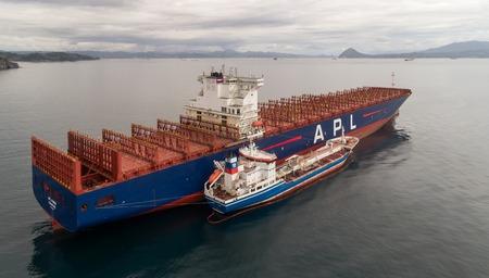 Nakhodka. Russie - 11 août 2017: pétrolier de soutage Zaliv Nakhodka un grand porte-conteneurs APL Paris.