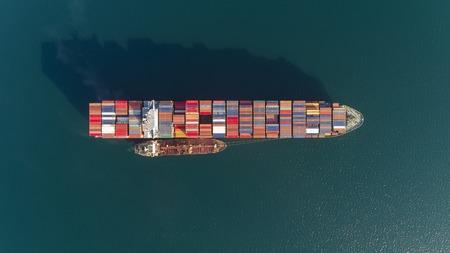 Vista superior de un gran buque portacontenedores cargado y un petrolero. Foto de archivo