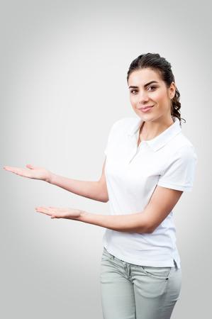 lleno: Mujer hermosa que muestra el �rea en blanco para firmar o copyspace, aislado sobre fondo blanco