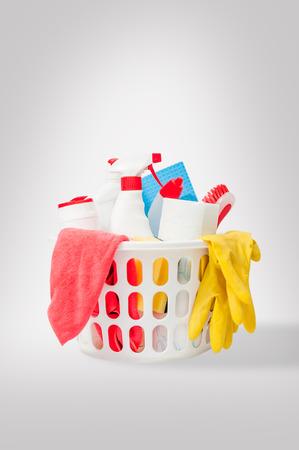 cleaning products: Cierre de los productos de limpieza y suministros en un Limpiadores cesta, paños de microfibra, guantes en una cesta aislada en el fondo blanco Kit de limpieza Foto de archivo