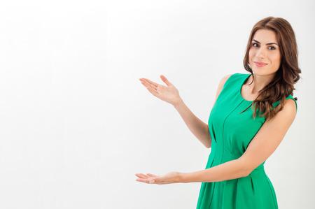 invitando: Mujer de negocios que presenta un copyspace. Aislado en el fondo blanco. Vertical de la imagen.
