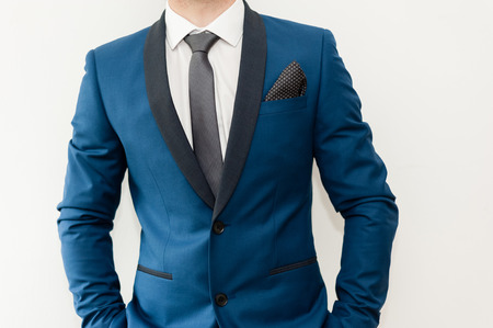 traje formal: Close-up shot de un hombre vestido con ropa formal traje de .Groom