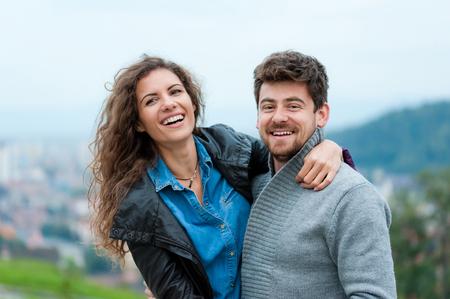 parejas romanticas: Abrazos pareja bonita, coqueteando y riéndose.