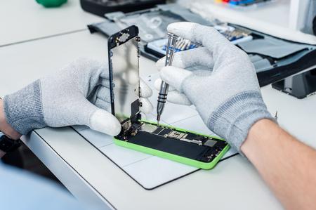 携帯電話のプロセスを示すクローズ アップ写真を修復します。
