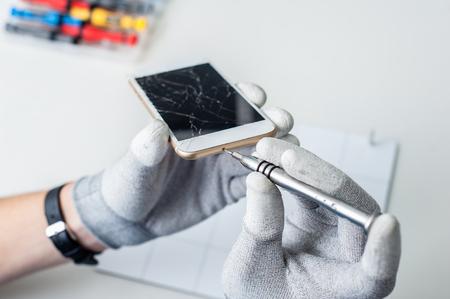 Close-up foto's laten zien proces van de mobiele telefoon reparatie
