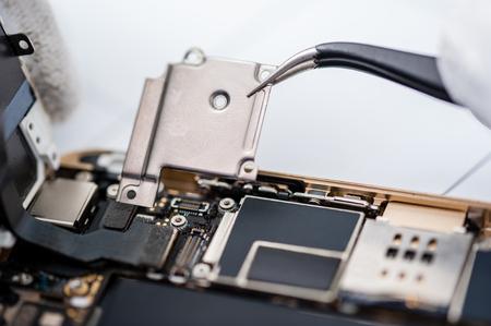 Close-up des photos montrant processus de réparation de téléphone portable Banque d'images - 46987688