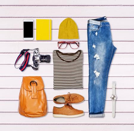 Overhead von hipster Frau Wesentliche. Outfit von Casual Frau. Standard-Bild