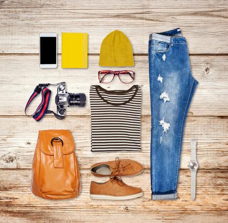 Overhead von hipster Frau Wesentliche. Outfit von Casual Frau auf Holz Hintergrund. Standard-Bild