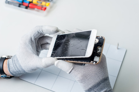 クローズ アップ写真の携帯電話修理、画面を変更するプロセスを示します。