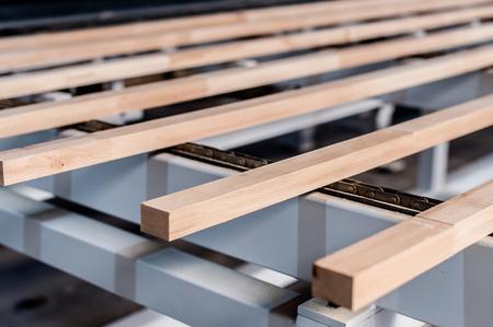 Houten stokjes op een productiemachine voor meubelproductie Stockfoto