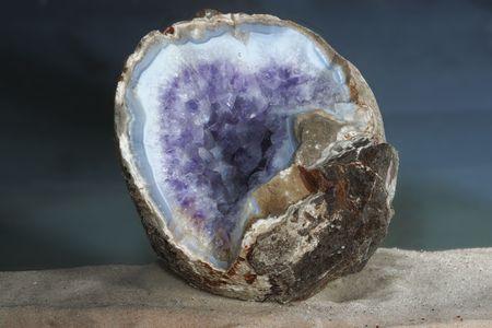 Amethist geode in de shooted onder water blauwe agaat Stockfoto