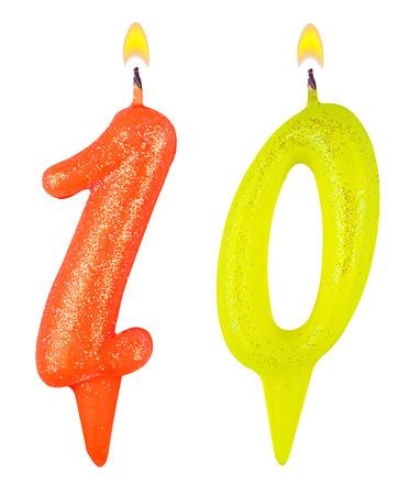 numero diez: Velas en su cumplea�os n�mero diez aisladas sobre fondo blanco