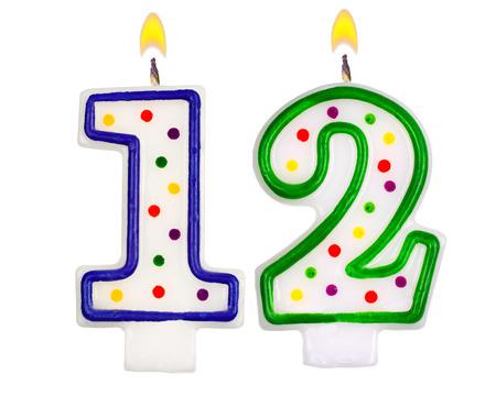 흰색 배경에 고립 된 생일 촛불 번호 12