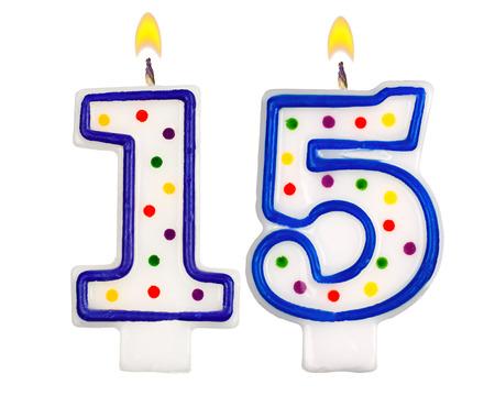 velas de cumpleaños: Número de velas de cumpleaños fifteenisolated sobre fondo blanco