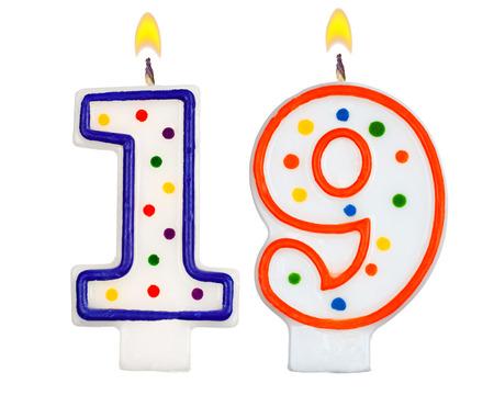 nineteen: Candele di compleanno numero diciannove isolato su sfondo bianco Archivio Fotografico