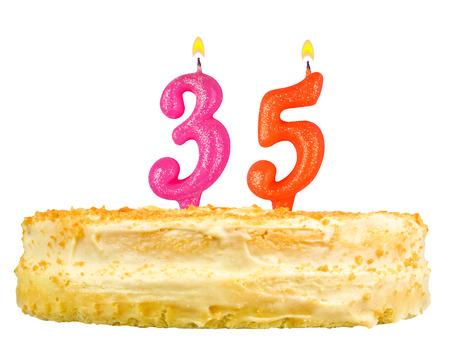 thirty five: torta di compleanno con le candele numero trentacinque isolato su sfondo bianco