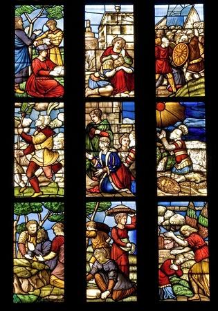 밀라노: 밀라노, 이탈리아의 성당에서 고대의 스테인드 글라스 스톡 사진