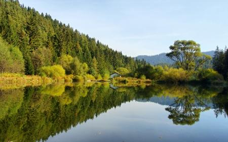 Jezero s odrazem ve vodě