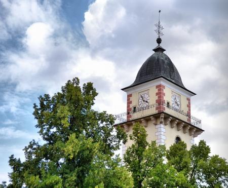 kostelní věž v oblacích