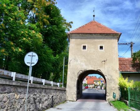 Brána do města s červenou střechou Reklamní fotografie
