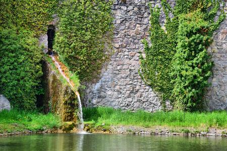 Jezero, v pozadí kamenné zdi na