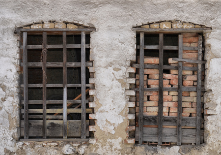 dvě staré dřevěná okna