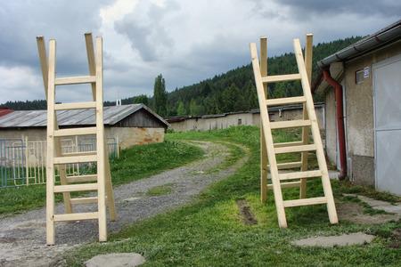dvě dřevěné žebříky Reklamní fotografie