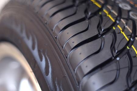 aluminum wheels: Rueda de coche de bajo perfil sobre un fondo blanco de cerca Foto de archivo