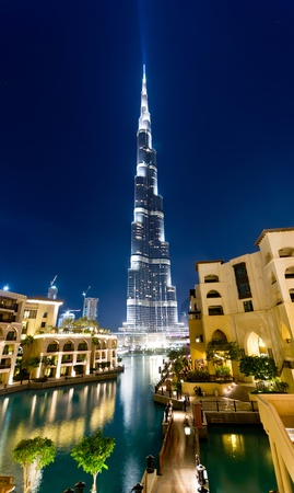 burj Khalifa, Dubai, look through the pool and fountain