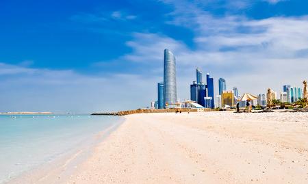 sunny beach and cityscape in Abu Dhabi, UAE Standard-Bild