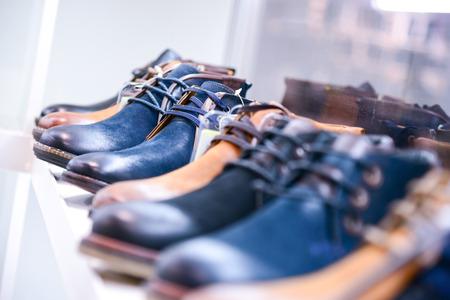 comprando zapatos: zapatos de los hombres en los estantes en la tienda