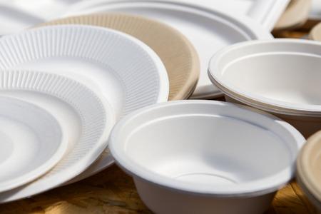 reciclaje papel: una variedad de platos desechables de papel de diferentes colores Foto de archivo
