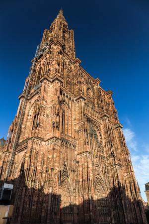 Notre Dame de Strasbourg. Alte Kathedrale als HDR-Bild. Berühmte Denkmal von Frankreich. Einer der höchsten sakrale Gebäude der Welt.