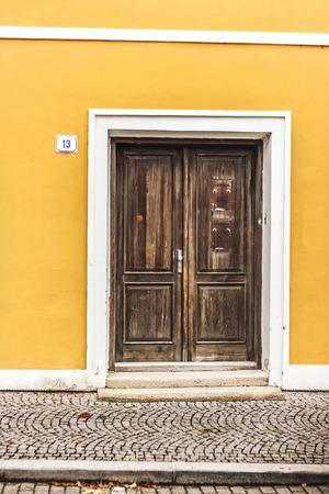 puertas viejas: Las puertas viejas en la casa amarilla