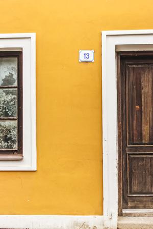 puertas viejas: Las puertas viejas en casa amarilla Foto de archivo
