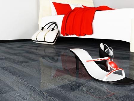 tacones negros: zapatos de mujer esparcida por el suelo y la bolsa cerca de la cama Foto de archivo