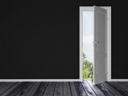 abriendo puerta: puerta de apertura blanco en la sala de negro Foto de archivo