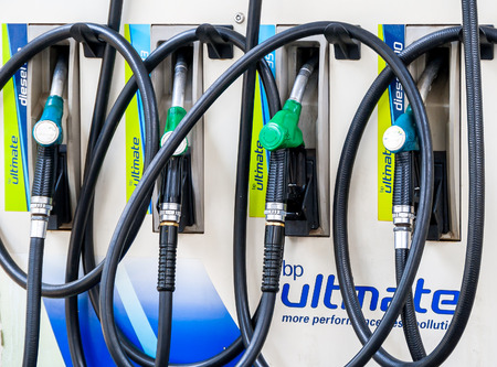 bomba de gasolina: Johannesburgo, Sudáfrica - 15 de noviembre de 2015: Surtidor de gasolina en la estación de gasolina, África del Sur