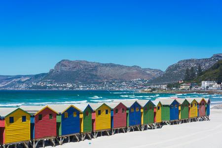 Kleurrijke houten strandhutten op het strand in Muizenberg, Kaapstad