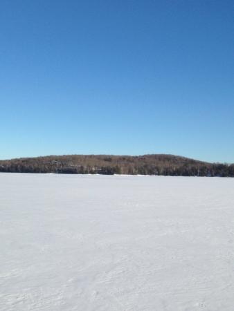 frozen lake: Sneeuw bedekt bevroren meer op een zonnige dag in Ontario in Haliburton Ontario