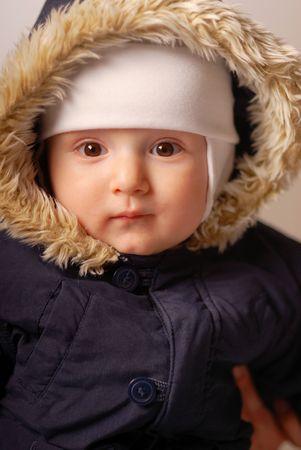 Anorak: Kind in einer warmen Kapuze