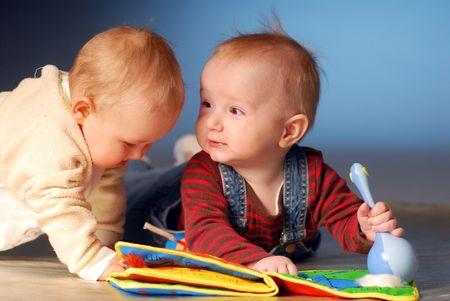 Babies spelen met speelgoed