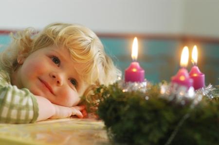 advent: Kind met een Advent krans