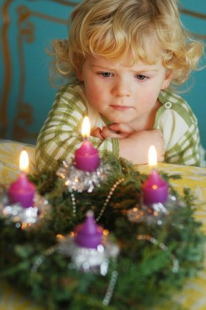 the advent wreath: Ni�o con una corona de adviento