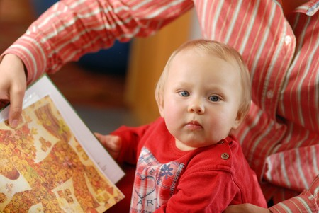 mammy: Child with its mammy and book