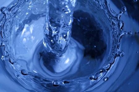 pellucid: El detalle del flujo de agua azul pel�cida.