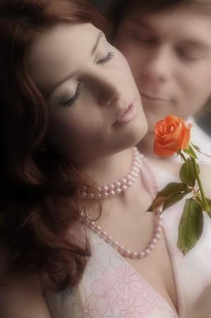 loose hair: La giovane coppia di innamorati di rosa.