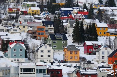 colourful houses: El noruego coloridas de las casas en las laderas. Foto de archivo