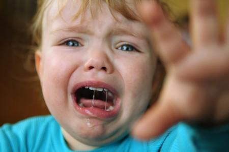lamentation: Il ritratto del piccolo bambino biondo piangere. Archivio Fotografico