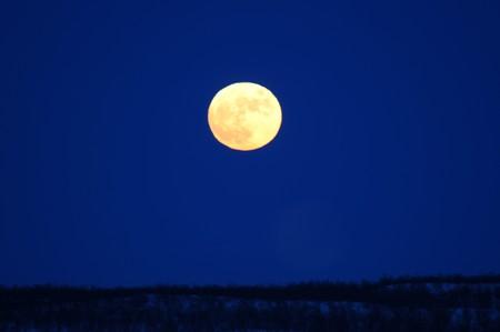 resplendence: The shine full moon on the dark sky.